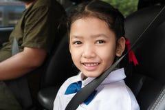 学生坐有父母的汽车 免版税图库摄影