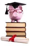 学生大学毕业生存钱罐在白色隔绝的程度文凭 库存图片