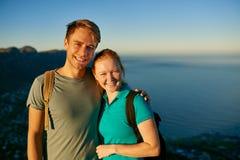 年轻学生夫妇在一个晴朗的早晨一起远足 免版税库存照片