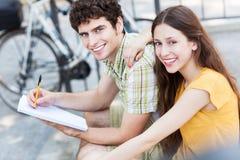 学生夫妇微笑 免版税库存图片
