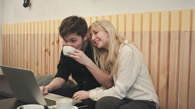 学生夫妇有与朋友的录影闲谈在咖啡店 免版税库存照片
