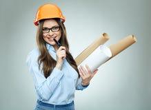 学生女孩建筑师佩带的玻璃对负滚动技术 免版税库存图片