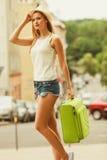 学生女孩搬到城市 免版税库存图片