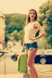学生女孩搬到城市 免版税图库摄影