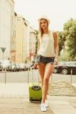 学生女孩搬到城市 免版税库存照片