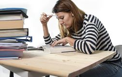 年轻学生女孩集中了学习检查的在大学图书馆教育概念 库存图片