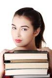 年轻学生妇女eith堆书 图库摄影