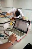 学生学习化学和科学在大学` s laborat 免版税库存图片