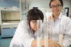 学生学习化学和科学在大学` s laborat 图库摄影
