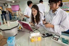 学生学习化学和科学在大学` s laborat 免版税库存照片