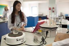 学生学习化学和科学在大学` s laborat 库存图片