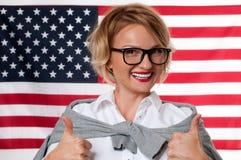 学生学会英语作为在美国国旗背景的一种外语 免版税图库摄影