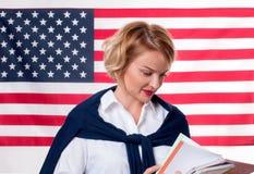 学生学会英语作为在美国国旗背景的一种外语 库存照片