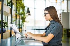 学生工作过程概念 与普通设计膝上型计算机的妇女运作的大学项目 免版税图库摄影
