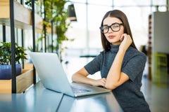 学生工作过程概念 与普通设计膝上型计算机的妇女运作的大学项目 免版税库存照片