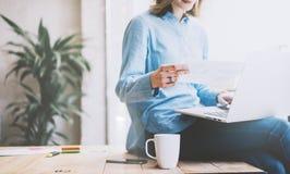 学生工作过程概念 与普通设计膝上型计算机的照片少妇运作的大学项目 分析计划 库存图片