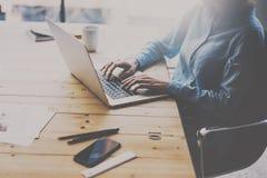 学生工作过程概念 妇女在膝上型计算机键盘的文字文本,当坐在木桌上时 被弄脏的背景 库存照片