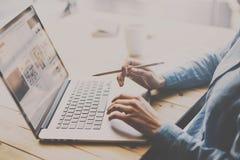 学生工作过程概念 研究与便携式计算机的大学项目的妇女在木桌上 蠢材 库存图片