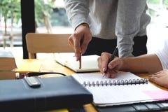 学生帮助教和学会附属的另外的i的朋友 免版税库存图片