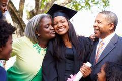 学生庆祝与父母的毕业 免版税库存图片