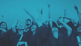学生庆祝教育毕业幸福概念 免版税库存图片