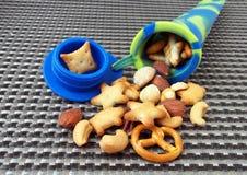 学生快餐,在硅树脂管的不同的坚果 免版税库存照片