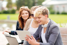 学生或少年有便携式计算机的 免版税库存图片