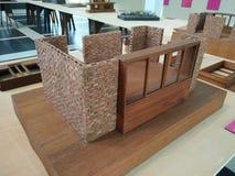 学生手工制造砖房子和木窗架 免版税库存图片