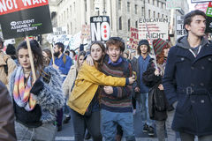 学生抗议反对费和裁减和债务在中央伦敦 库存图片