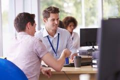 学生提供忠告的大学的供应部门 库存照片