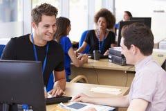 学生提供忠告的大学的供应部门 免版税图库摄影
