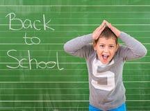学生显示有题字的一个委员会:回到学校 库存照片