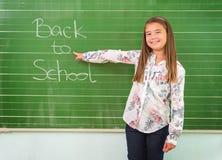学生显示有题字的一个委员会:回到学校 图库摄影