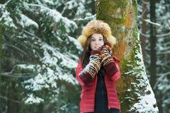 学生浅黑肤色的男人女孩冬天室外画象  图库摄影