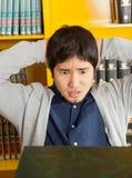 学生用在看书的头后的手  库存图片