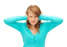 学生用在耳朵的手 免版税库存照片