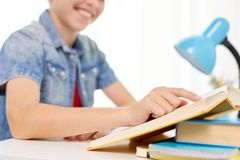 学生男孩阅读书在家桌 库存图片