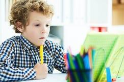 学生画象在采取笔记的学校课程的在写le期间 免版税库存图片