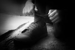 学生皮带鞋带新的运动鞋 库存图片