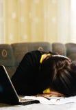 学生睡着在计算机 库存照片
