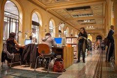 学生研究在图书馆里在波隆纳 免版税库存图片