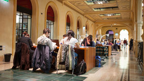 学生研究在图书馆里在波隆纳 库存照片