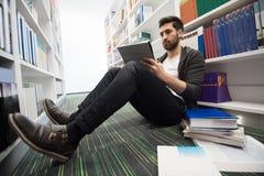 学生研究在学校图书馆里 免版税图库摄影