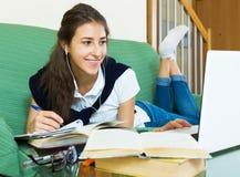 年轻学生研究在家 免版税库存图片