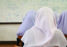学生穆斯林讲堂在大学 库存图片