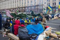 学生被在Maidan的火加热在基辅 免版税库存照片