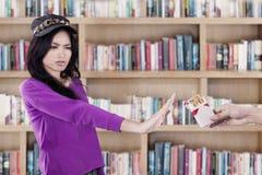 学生警告不在图书馆里抽烟 图库摄影