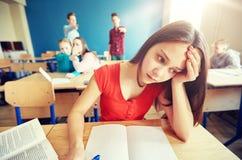 学生说闲话在同学后面后在学校 库存照片