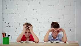 学生读了在类的一本书 影视素材