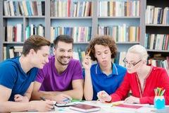 学生谈论新的信息在教室 图库摄影